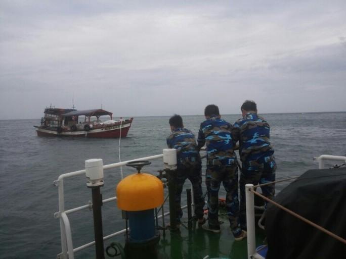 Tàu cứu nạn của Biên phòng Kiên Giang lai kéo tàu cá hỏng máy vào bờ