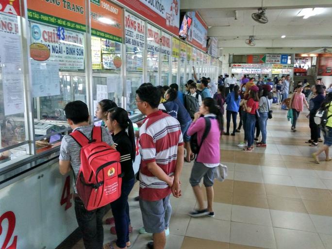 Nếu so với nhiều năm trước, trong ngày đầu mở bán vé xe Tết năm nay tại Bến xe Miền Đông khá vắng khách