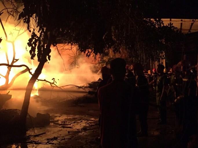 Lửa bốc cháy ngùn ngụt trong đêm, ảnh:T.T