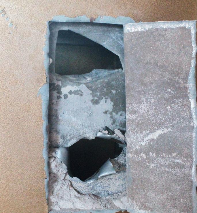 Két sắt nặng 200 kg bị trộm đục hư hỏng lấy đi hơn 230 triệu đồng.
