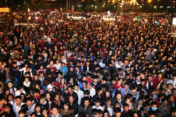 Hàng vạn người dân cùng du khách xem chương trình đếm ngược 2016 ở Đà Nẵng