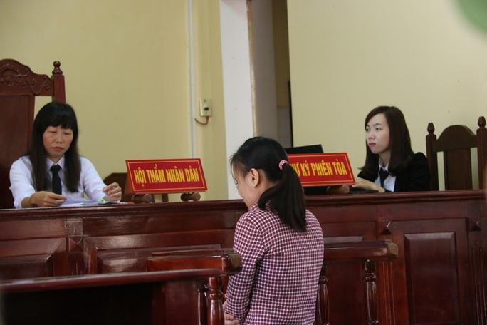 Cô gái 23 tuổi liên tục bật khóc tại tòa
