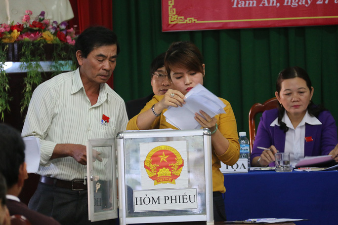Kiểm phiếu bầu tân Chủ tịch UBND xã Tam An
