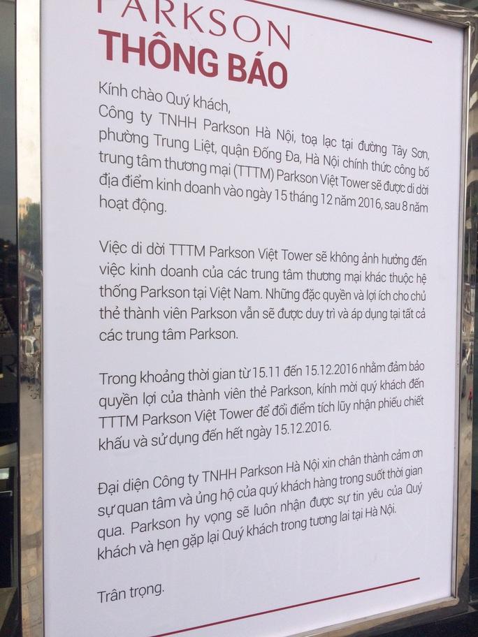 Thông báo của Parkson Việt Nam trước trung tâm thương mại Parkson Viet Tower
