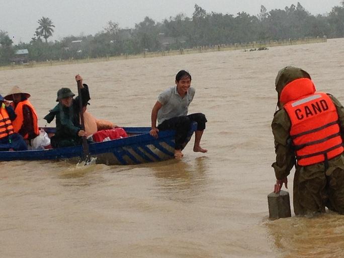 Công an huyện Đại Lộc vượt lũ đưa chị Trinh đến bệnh viện sinh