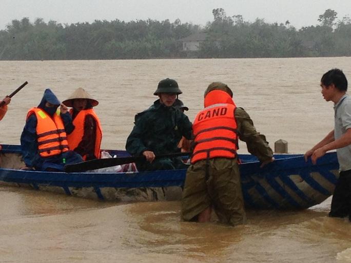 Mưa lũ gây thiệt nặng về người và tài sản ở tỉnh Quảng Nam. Trong ảnh, công an tỉnh Quảng Nam giúp dân trong mưa lũ