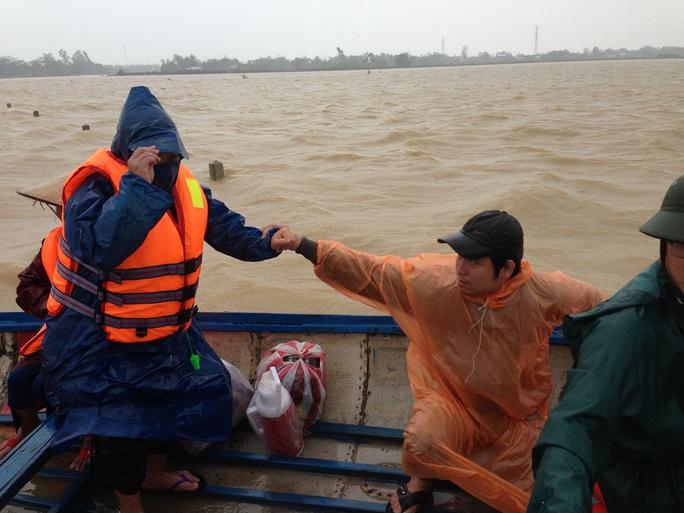 Quảng Nam: Công an vượt lũ dữ đưa thai phụ đi sinh
