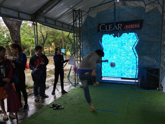 Cuộc thi gồm 2 phần là dắt bóng và sút vào mô hình tảng băng để tính điểm