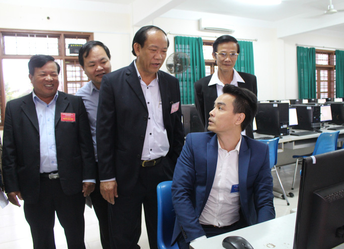 Ông Đinh Văn Thu (đứng đầu) thăm hỏi, động viên các thí sinh trước khi bước vào cuộc thi