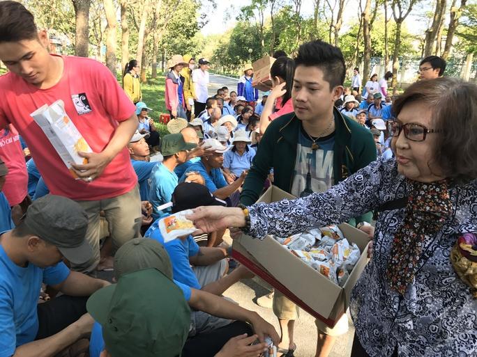 NSƯT Diệu Hiền và các diễn viên trẻ cùng trao tặng bánh cho các bệnh nhân