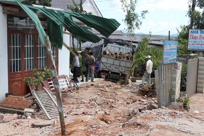 Xe tải làm hư hỏng một số mái hiên, tường rào... của 4 căn nhà. Ảnh B.N