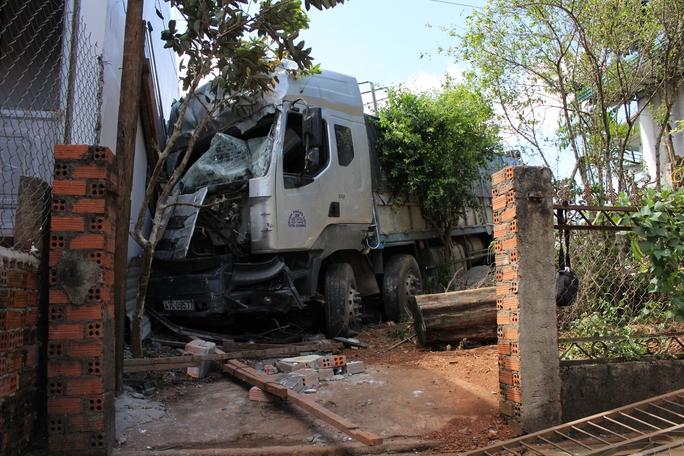 Chiếc xe chỉ dừng lại khi tông vào tường của căn nhà 2 tầng. Ảnh B.N