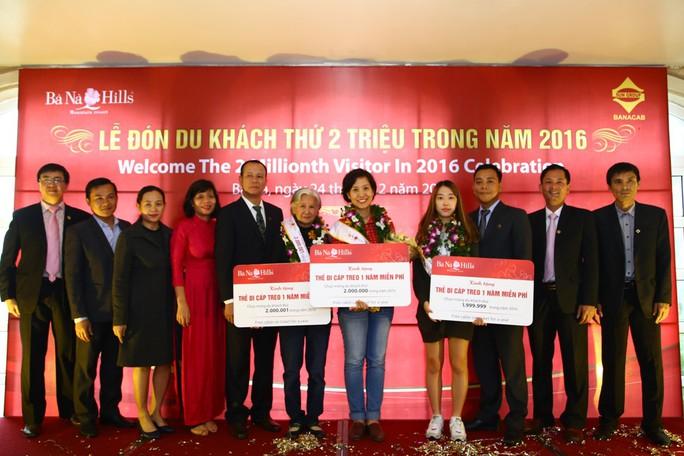 Chào đón và trao thưởng cho các vị khách đến Bà Nà Hills nhân sự kiện đón vị khách thứ 2 triệu