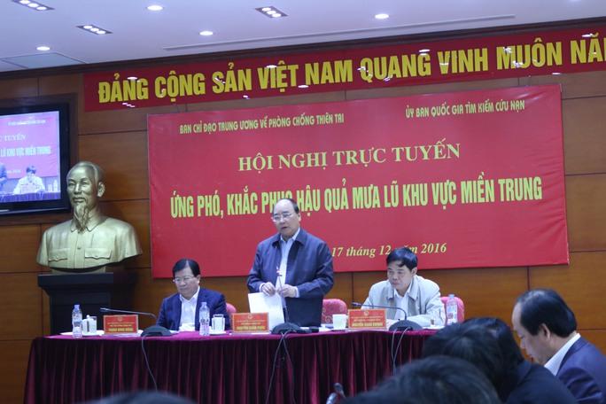 Thủ tướng Nguyễn Xuân Phúc chủ trì hội nghị trực tuyến ứng phó, khắc phục mưa lũ miền Trung sáng 17-12. Ảnh: Văn Duẩn