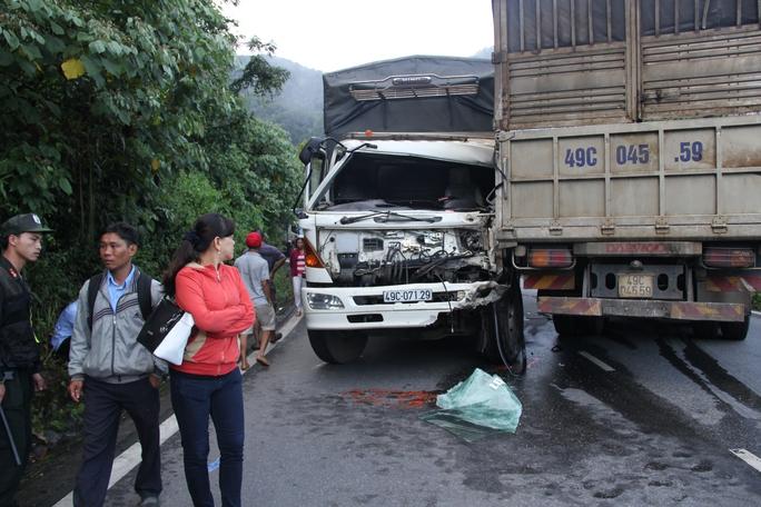 Hai xe tải đều hư hỏng nặng phần đầu.