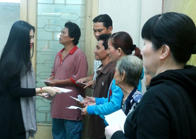 NSƯT Quế Trân trao quà từ thiện giúp các nghệ sĩ nghèo và công nhân sân khấu có hoàn cảnh khó khăn