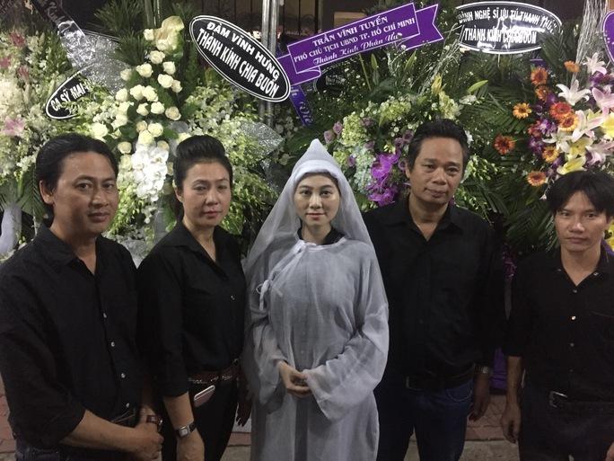 Các nghệ nhân điêu khắc chia buồn với NSƯT Quế Trân