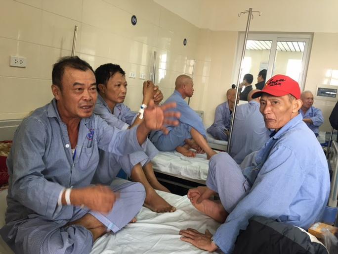 Một giường bệnh tại Khoa Nội, BV K được xếp 3-4 bệnh nhân
