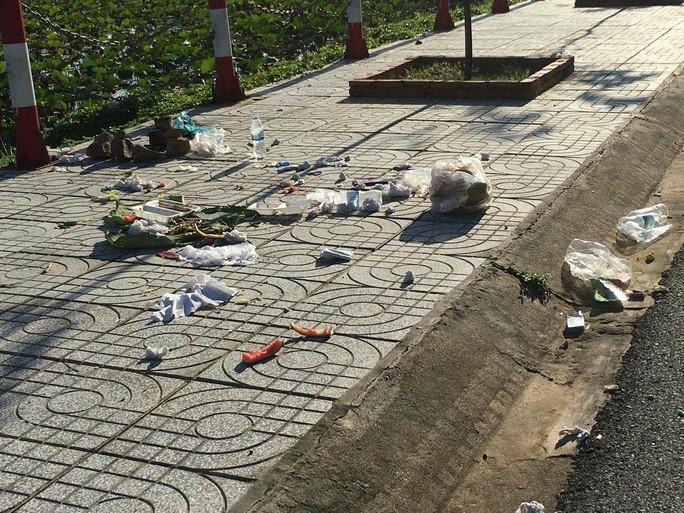 Trên nhiều tuyến đường ở Côn Đảo, người dân không khó để bắt gặp tình trạng trên