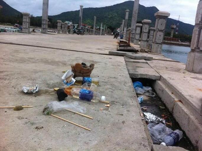Hay ở cầu tàu mới, đây là địa điểm trung tâm của đảo nhưng vẫn tràn ngập đủ thứ loại rác do người dân vứt xuống, ngay cả bếp than nướng hải sản của các ma men vứt luôn trên cầu tàu.