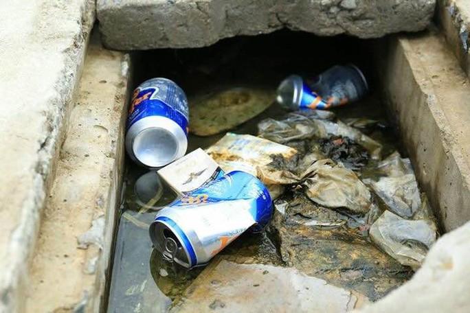 Sau khi nhậu xong, vỏ bia vứt vô tộ vạ