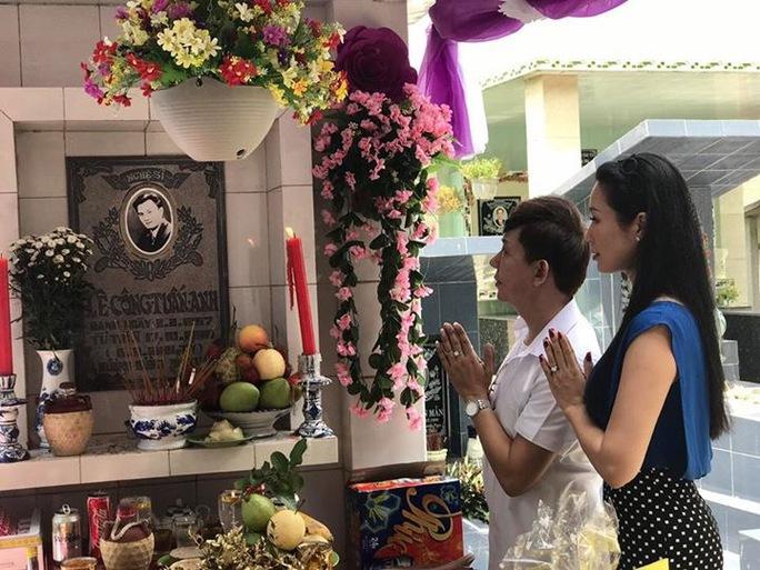 Ca sĩ Long Nhật và NSƯT Trịnh Kim Chi thắp hương tưởng nhớ NS Lê Công Tuấn Anh