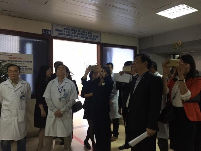 Bộ trưởng Bộ Y tế ghi lại hình ảnh sạch đẹp tại khu vực nhà vệ sinh tại Bệnh viện Nội tiết Trung ương