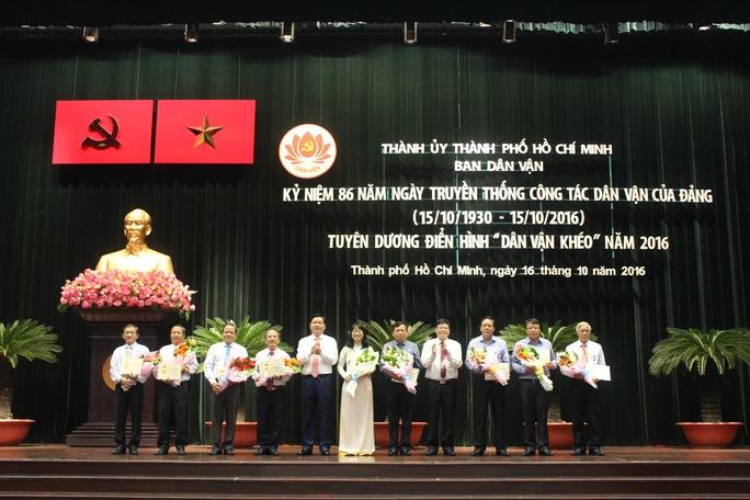 Cán bộ dân vận nhận kỷ niệm chương vì sự nghiệp dân vận. Ảnh: Bảo Nghi