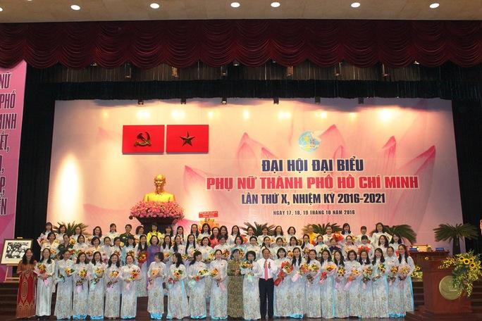 Ông Tất Thành Cang, Phó Bí thư Thường trực Thành ủy TP HCM và bà Nguyễn Thị Quyết Tâm, Chủ tịch HĐND TP HCM tặng hoa chúc mừng Ban Chấp hành Hội LHPN TP HCM nhiệm kỳ 2016-2021. Ảnh Bảo Ngọc