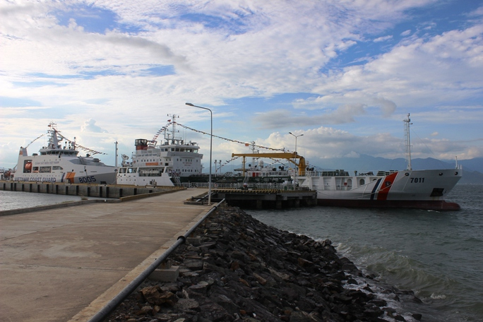 Hai tàu cảnh sát biển hiện đại bậc nhất Đông Nam Á 8006 và 7011 neo tại Hải đội 302 đóng tại thị xã Ninh Hòa, tỉnh Khánh Hòa