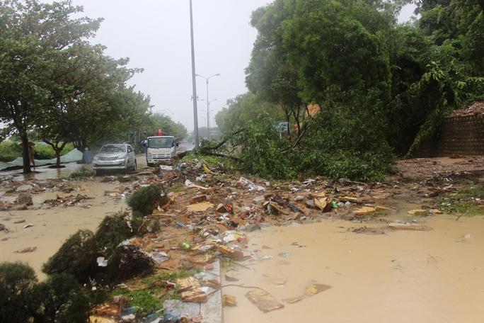 Đường Phạm Văn Đồng bị cấm lưu thông