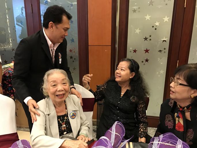 NSƯT Hữu Châu xúc động gặp lại các cô giáo đã dạy anh tại Trường NTSK II
