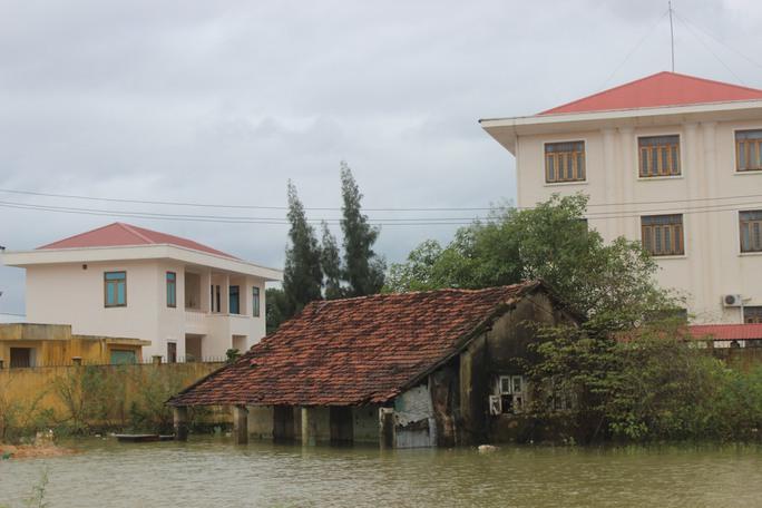 Ngày 6-12, nhiều nhà ở huyện Tuy Phước lại ngập sâu do nước lũ lên nhanh