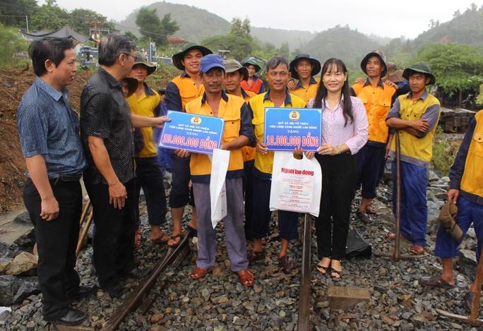 Bà Nguyễn Thị Hằng- Phó chủ tịch LĐLĐ tỉnh Khánh Hòa và lãnh đạo báo Người Lao Động thăm động viên công nhân, người lao động Công ty CP Đường sắt Phú Khánh