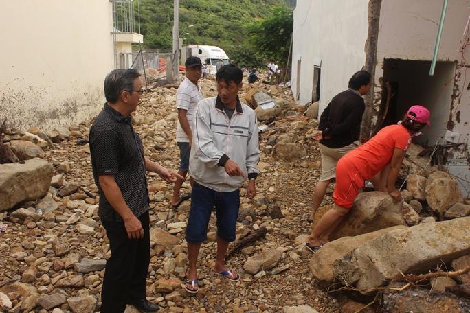 Phó tổng biên tập Báo Người Lao Động Nguyễn Văn Tín thăm động viên, trao quà hỗ trợ người dân sau vụ bể mương