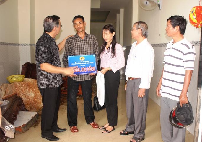 Hỗ trợ các gia đình bị hư hại do vỡ mương thoát lũ ở phường Vĩnh Hòa, TP Nha Trang