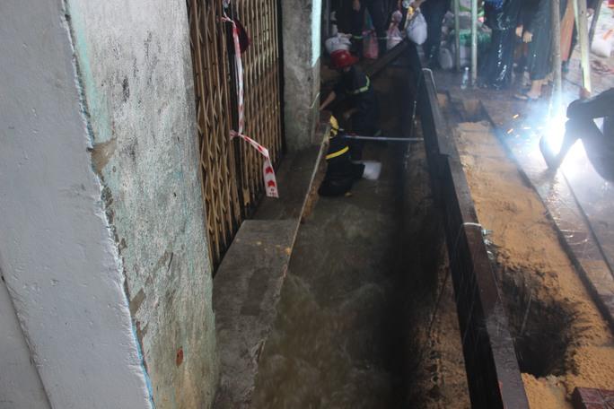 Dòng nước xoáy bất ngờ tạo thành hố lớn dưới nhà phố