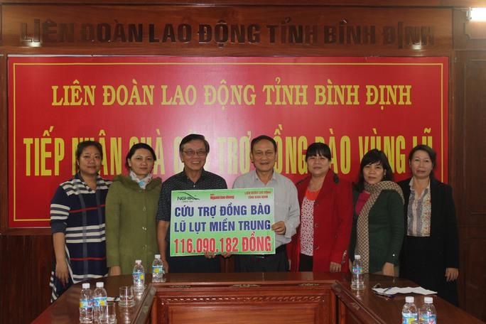 Ông Nguyễn Văn Tín trao tượng trưng phần quà cho LĐLĐ tỉnh Bình Định