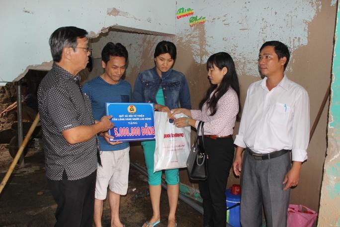 Thăm gia đình chị Nguyễn Thị Minh Trang ở xã Vĩnh Ngọc, TP Nha Trang bị đá núi sạt lở làm hư hại nhà cửa