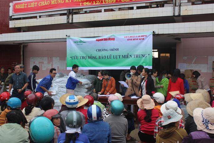 200 người dân vùng lũ Tuy Phước đang chờ nhận quà từ đoàn cứu trợ