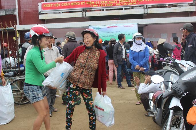 Người dân vùng lũ vui mừng nhận quà từ đoàn cứu trợ