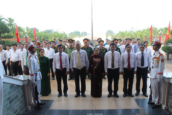 Lãnh đạo Thành ủy - HĐNĐ - UBND - Ủy ban MTTQ Việt Nam TP HCM dâng hương kỷ niệm 76 năm Ngày khởi nghĩa Nam Kỳ. Ảnh: Bảo Ngọc