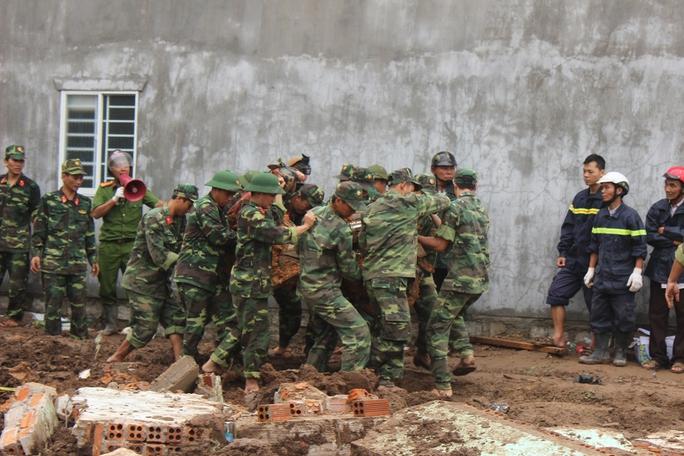 Giúp người dân khắc phục hậu quả vụ núi lở