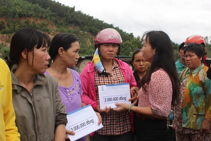 Trao hỗ trợ cho các gia đình có nhà sập hoàn toàn, sập một phần tại hiện trường vụ núi lở ở xã Phước Đồng, TP Nha Trang