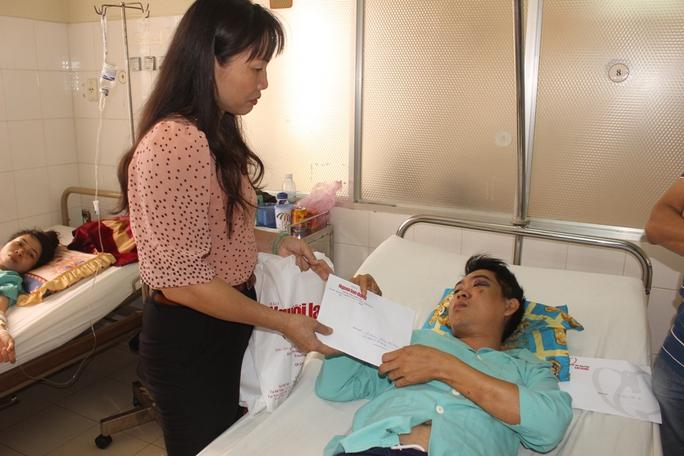 Bà Nguyễn Thị Hằng, Phó chủ tịch LĐLĐ tỉnh Khánh Hòa trao hỗ trợ cho gia đình anh Lê Anh Vang, công nhân nhà xí nghiệp may Khatoco, có mẹ và con gái tử vong trong vụ núi lở