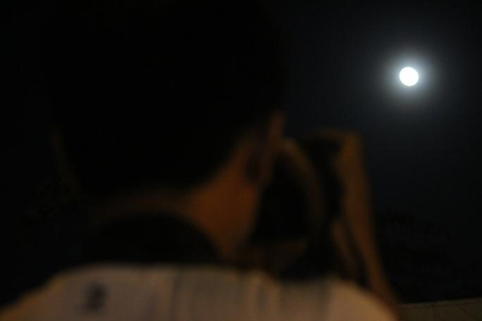 Nhiều người dân, đặc biệt là các nhiếp ảnh gia đổ xô nhiều khu vực trung tâm thành phố để săn được những bức ảnh siêu trăng tuyệt đẹp.