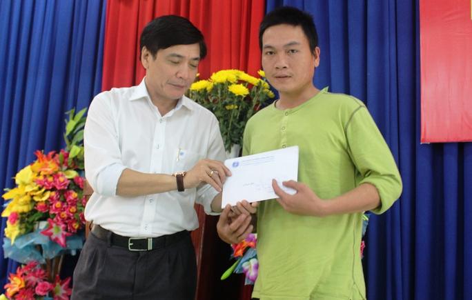 Chủ tịch Tổng LĐLĐ Việt Nam trao 5 triệu đồng cho ông Nguyễn Hữu (phải) vì nhà sập