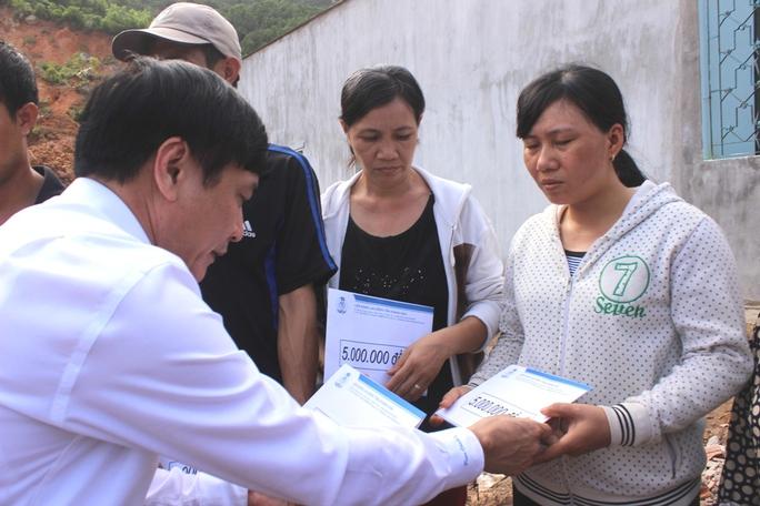 Ông Cường trao tiền hỗ trợ cho người dân Khánh Hòa