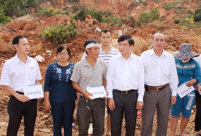 Ông Cường (thứ 3 từ phải sang) chia sẻ mất mát của người dân vùng lũ Khánh Hòa
