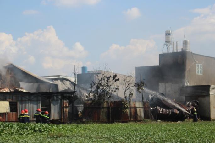 Lưc lượng PCCC nhanh chóng ngăn chặn lửa lan sang khu vực xung quanh